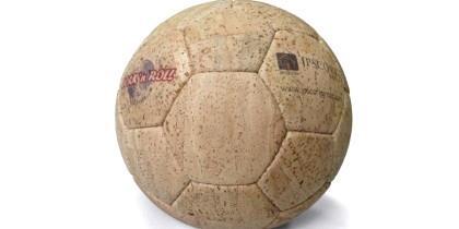 Portugueses criam bola de futebol de cortiça