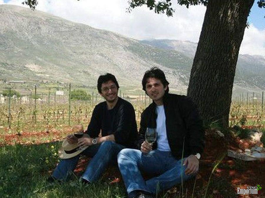 Karim (esq.) e Saade no vinhedo deles no Líbano; eles não podem ir até a Síria por temerem ser sequestrados