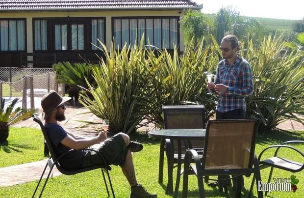 Dupla faz volta ao mundo temática provando vinhos em 92 países