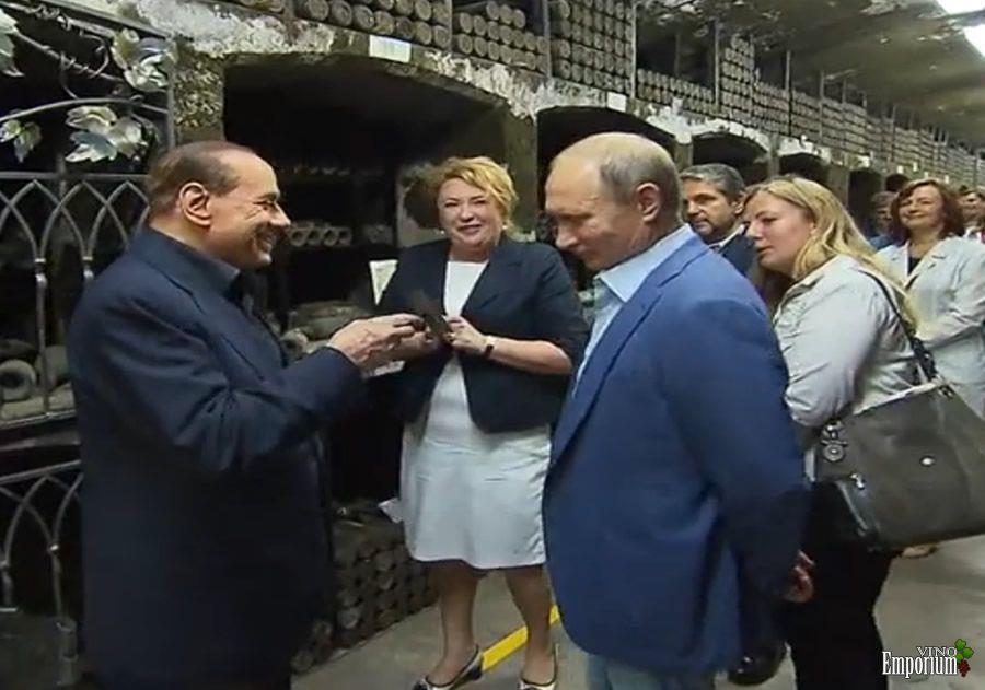 Ucrânia processa Berlusconi e Putin após degustação de vinho de 1775 na Crimeia