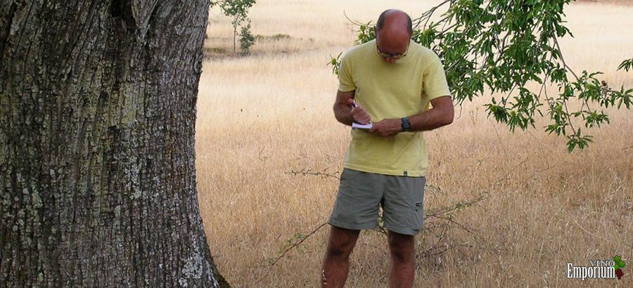 O biólogo José Paulo Sampaio recolhendo cascas de árvores no Alentejo para o trabalho de investigação