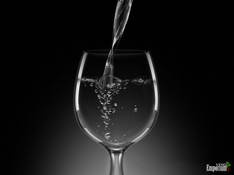 Taça com vinho. Digo, água