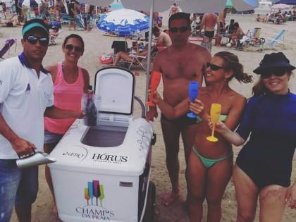 Com a ajuda do WhatsApp, casal vende espumante nas praias gaúchas