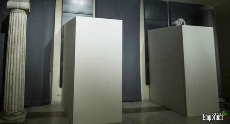 Caixas de compensado esconderam estátuas nuas em museu de Roma (Foto: Giuseppe Lami/ANSA via AP)