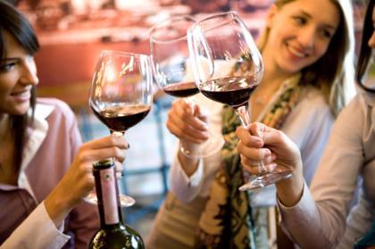 Jovens bebem mais vinho que as demais gerações, diz estudo