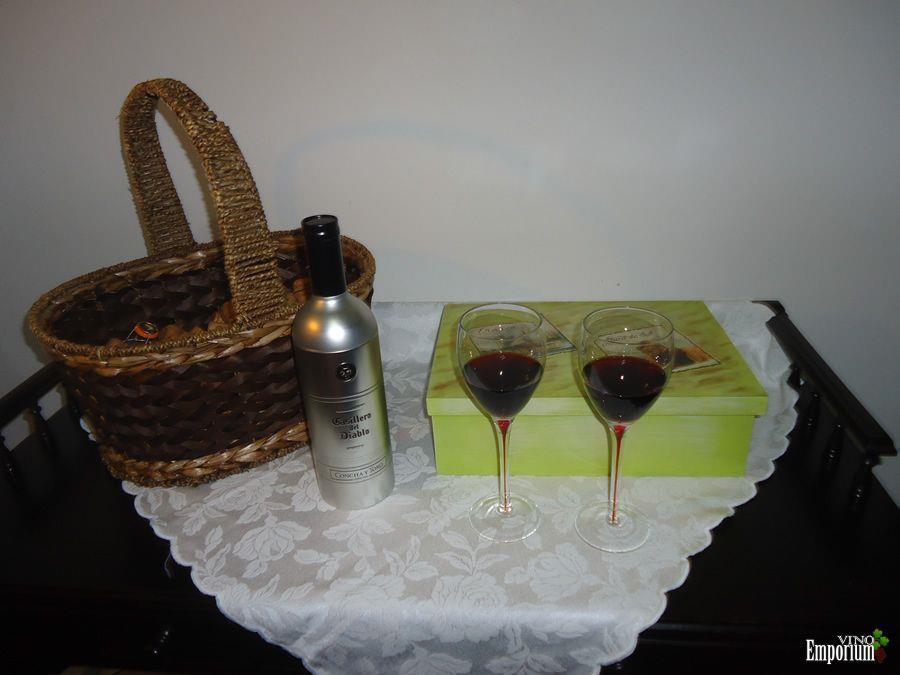 Caixa para guardar revistas sobre vinhos